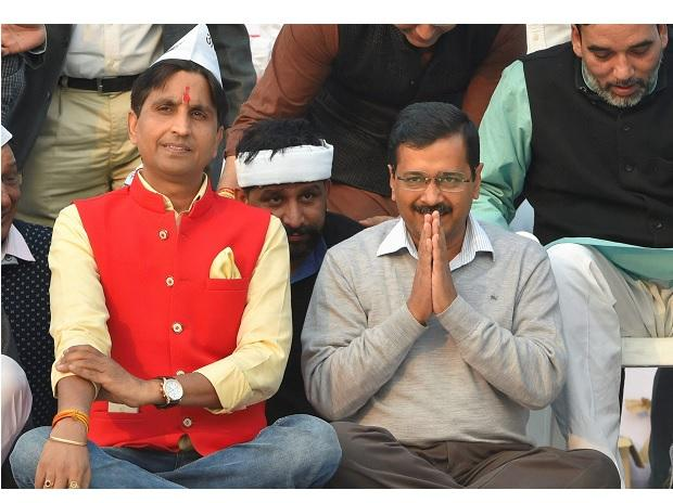 AAP convenor and Delhi Chief Minister Arvind Kejriwal with party leader Kumar Vishwas  during a convention to mark the party's 5th Foundation Day at Ramlila Maidan in New Delhi. (Photo: PTI)
