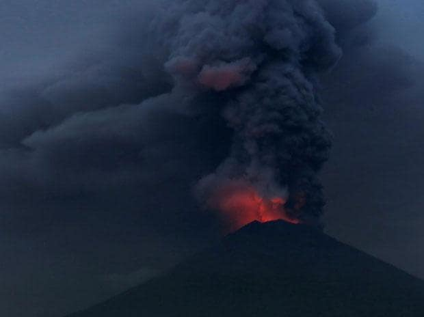 Volcano erupts in Bali; Indonesia shuts airport, 100,000 left stranded