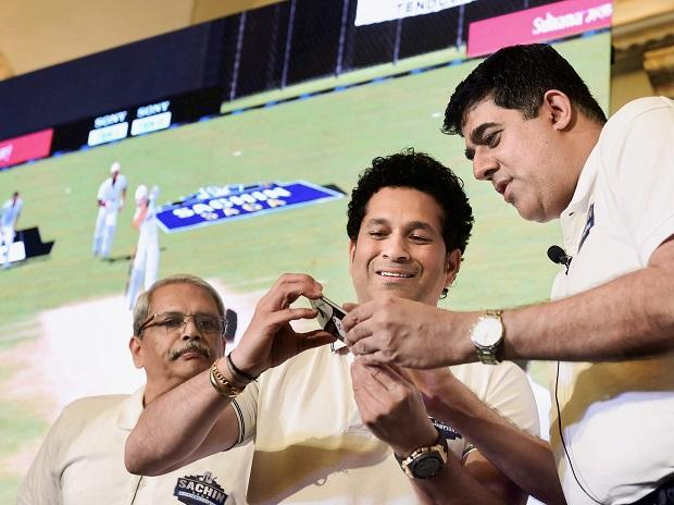 Non Executive Chairman of JetSynthesys Kris Gopalakrishnan (L), former Cricketer Sachin Tendulkar and VP and Managing Director, JetSynthesys, Rajan Navani during the launch of the mobile game