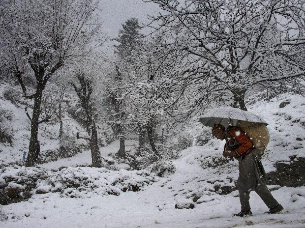Avalanche hits Kupwara in Kashmir, 4 missing