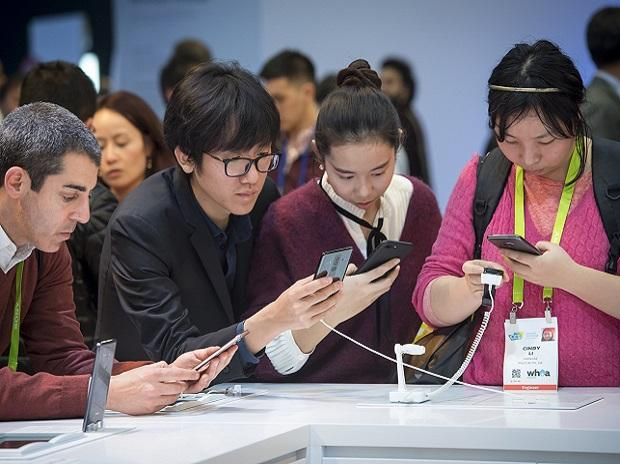 Attendees view the Huawei Technologies Mate 10 Pro smartphone during CES in Las Vegas. Photo: David Paul Morris/Bloomberg
