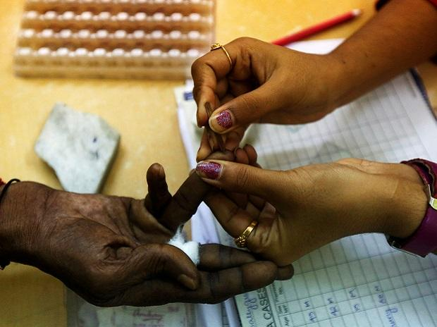 A government health worker collects blood sample from a patient at a dengue detention centre in Kolkata. Photo: Reuters