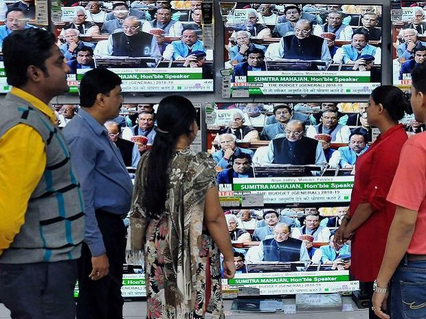 By-passers watch a live telecast of Union Budget 2018-19 session being presented by Union Finance Minister Arun Jaitley, in Kolkata | PTI Photo