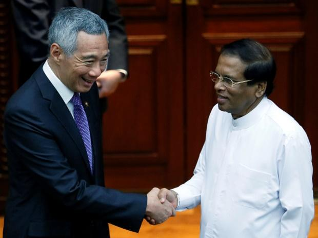 Singapore Prime Minister Lee Hsien Loong (L) shakes hands with Sri Lankan President Maithripala Sirisena in Colombo, Sri Lanka. Photo: Reuters.