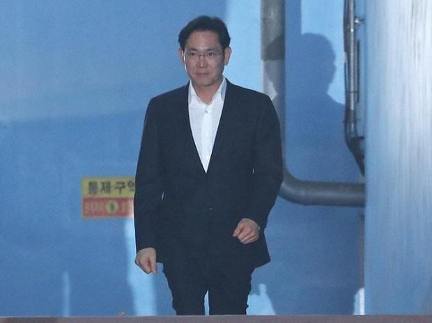 Samsung scion Lee let out after jail time period suspended