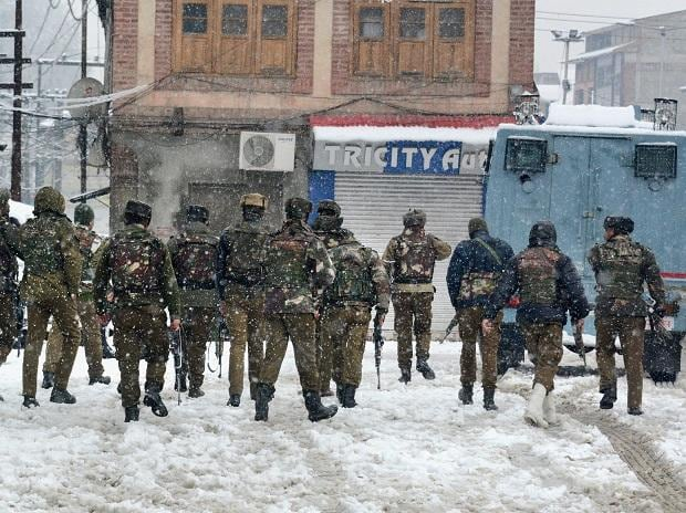 Special Operation Group (SOG) of Jammu and Kashmir Police personnel move towards the building where militants were hiding during an encounter, near a CRPF camp at Karra Nagar in Srinagar. (PTI Photo)