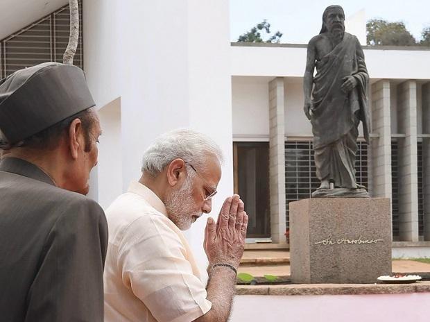 Prime Minister Narendra Modi paying homage at the statue of Sri Aurobindo, in Puducherry. Photo: PTI