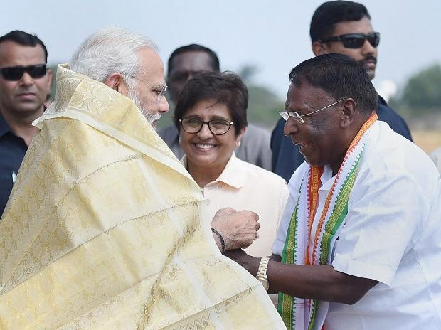Prime Minister, Narendra Modi  being received by the Lieutenant Governor of Puducherry, Kiran Bedi and the Chief Minister of Puducherry V. Narayanasamy, on his arrival, in Puducherry. Photo: PTI