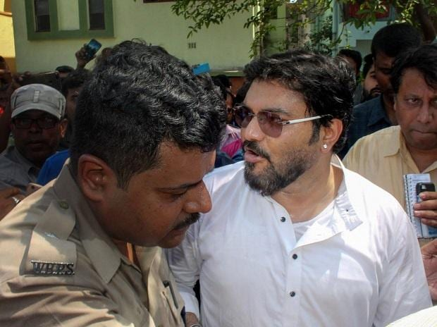 Union Minister Babul Supriyo being stopped by police from entering Asansol in Burdwan district of West Bengal on Thursday