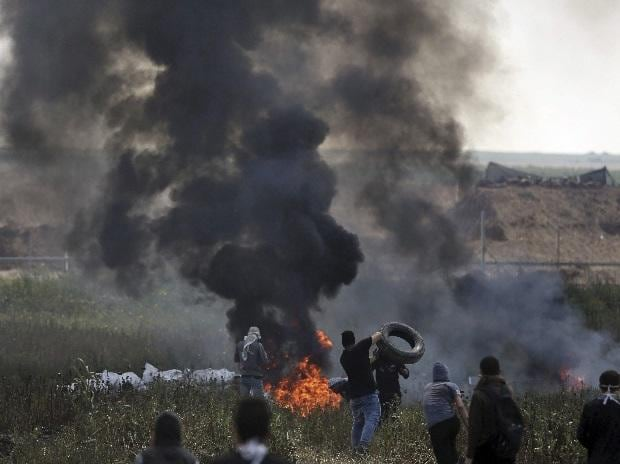 Scores wounded as Israeli troops fire on Gaza border protesters