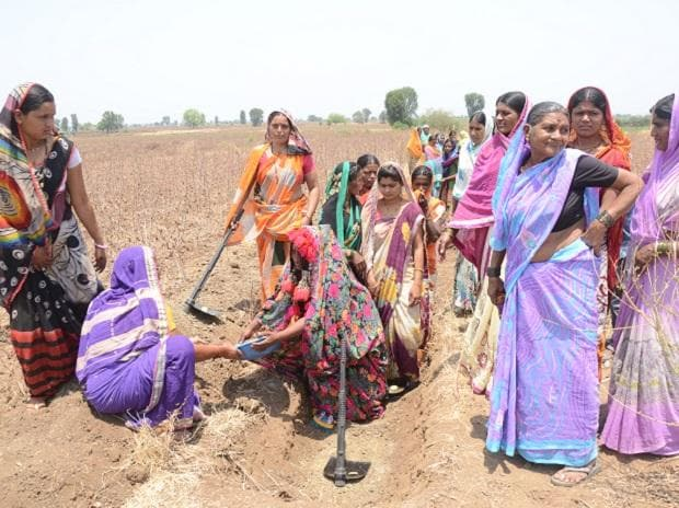 Women in Mamdapur, Parli, Beed digging the ground as part of the Shramdaan contribution for the water harvesting initiative of the Global Parle campaign