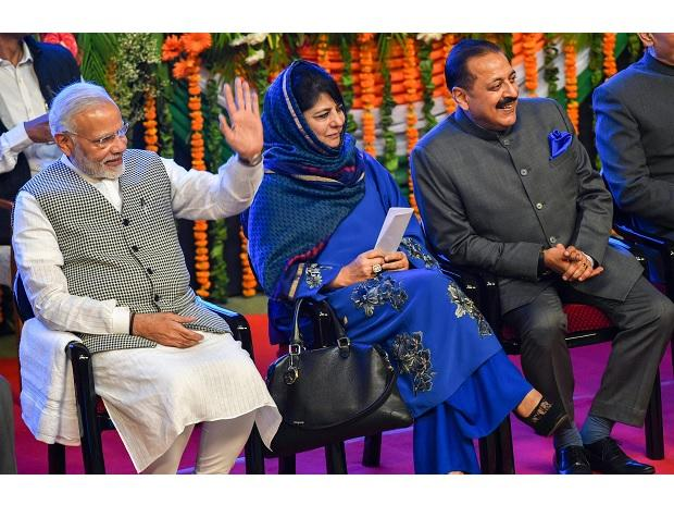 Prime Minister Narendra Modi with Jammu and Kashmir Chief Minister Mehbooba Mufti and Minister of State (MoS) in the Prime Minister's Office Jitendra Singh during a function  in Srinagar on Saturday	Photo: PTI