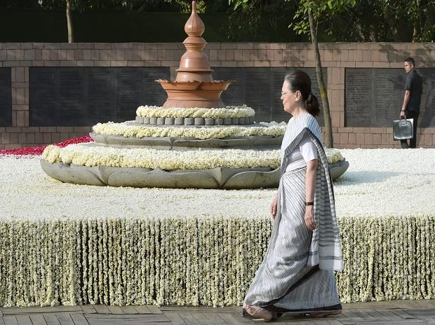 Sonia Gandhi paying homage to former prime minster Rajiv Gandhi on his 27th death anniversary
