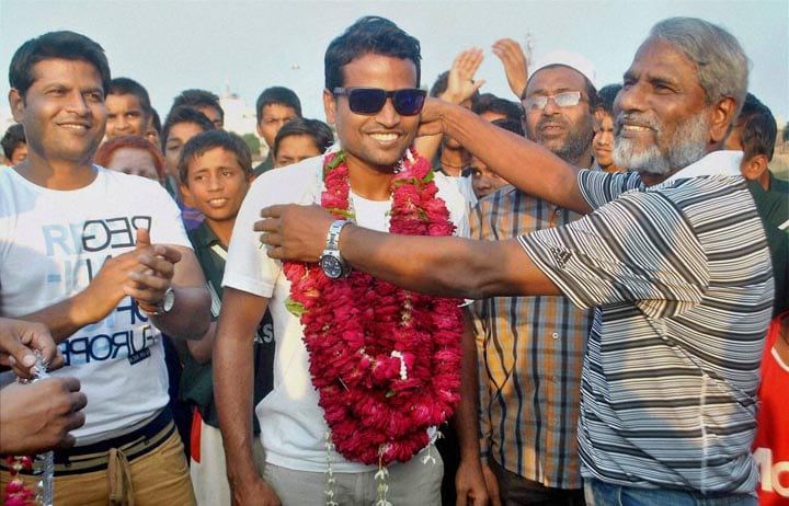 Asian Games, gold medalist, Hockey player, Danish Murtaja, greeted, garlands, father, Allahabad