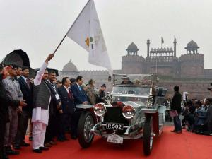 Minister of State for Culture and Tourism Mahesh Sharma flag off  of 21 Gun Salute International Vintage Car Rally 2016 in front of Red Fort in New Delhi