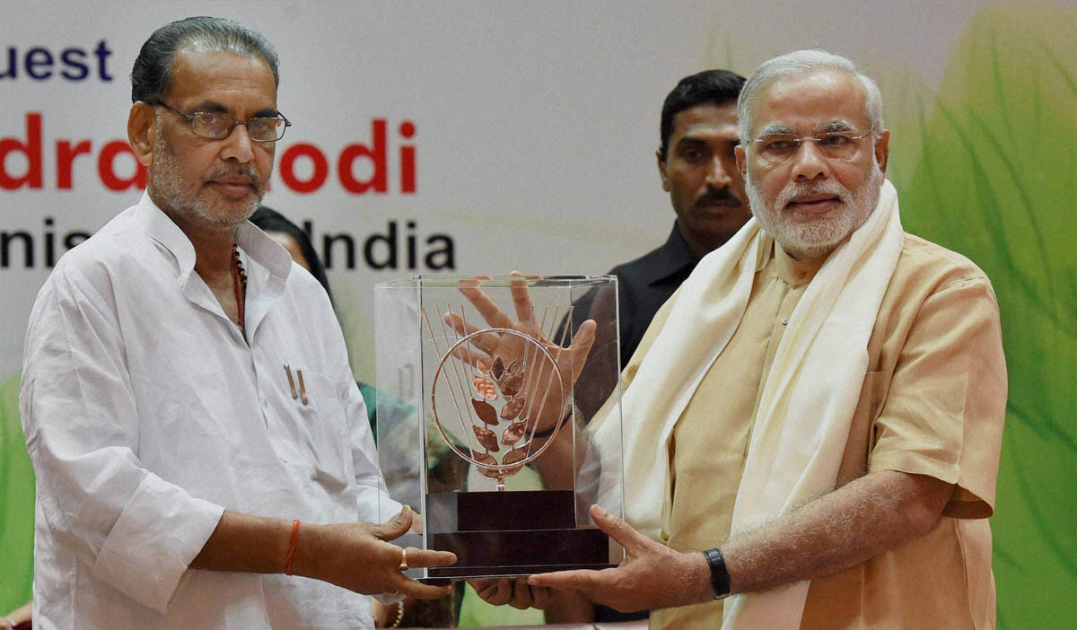Prime Minister, Narendra Modi, presented, memento, union Agriculture Minister, Radha Mohan Singh