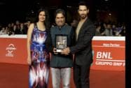 Director Vishal Bhardway, center, and actor Shahid Kapur, right, pose on the red carpet with Mondo Genere award