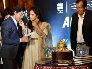 Tennis player Sania Mirza offers cake to Shahrukh Khan