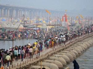 Devotees arrive on the eve of 'Mauni Amavasya' during 'Magh Mela' in Allahabad