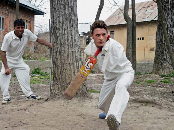 Amir Hussain Lone, Cricket News, Cricket Info no arms, Writing with feet, Jammu and Kashmir