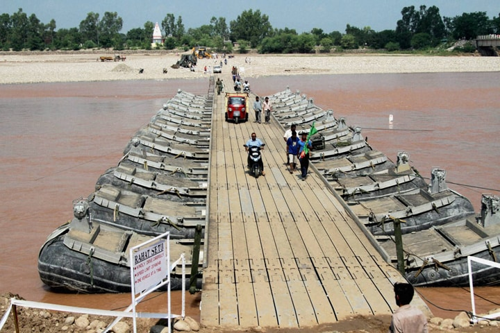 People, use, temporary, bridge, built, army, cross, Tawi River, Jammu