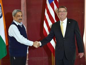Manohar Parrikar shakes hand  with  Ashton B. Carter