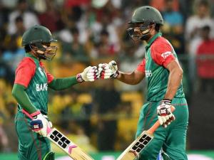 Bangladesh bastmen Mahmud Ullah and Mushfiqur Rahim during the ICC World T20 match between Australia and Bangladesh at Chinnaswamy Stadium