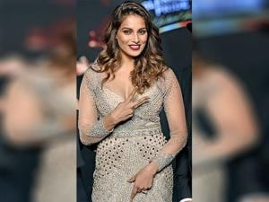 Bipasha Basu walks the ramp at Fashion Tour 2016 02