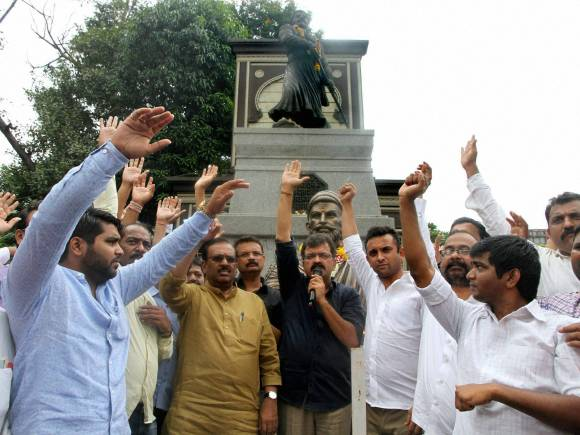 Shivaji, Babasaheb Purandare, Maharashtra Bhushan, Raj Thackeray, Jijau Brigade, Sharad Pawar, Shambhaji Brigade