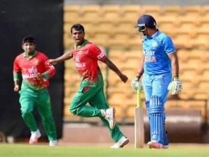 Rubel Hossain with team mates celebrate the wicket of Karan Sharma
