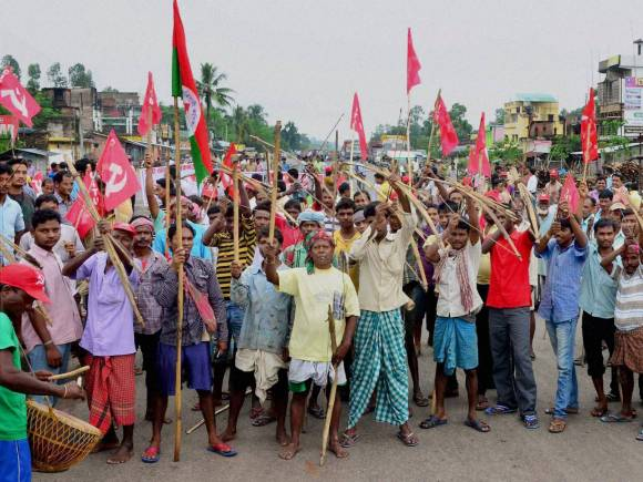 Bharat bandh, Trade unions, Trade unions strike, Bharat bandh photos, Trade union workers, Country-wide one-day strike, West Bengal, Supporters block NH 34, Malda