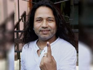 Kailash Kher after casting his vote at Juhu