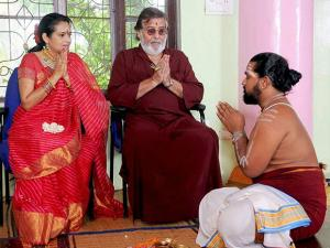 File photo of Bollywood actor and four-time BJP MP Vinod Khanna and wife Kavitha perform a puja on their 25th wedding anniversay in Bengaluru