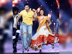 Varun Dhawan and Alia Bhatt perform at the 'Umang Mumbai Police Show 2017' in Mumbai