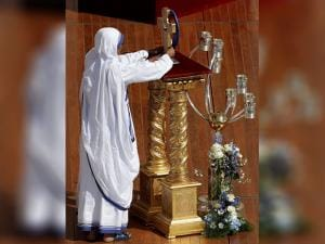 A sister of the Missionaries of Charity places the relics of Mother Teresa on a stand during her Canonization Mass celebrated by Pope Francis