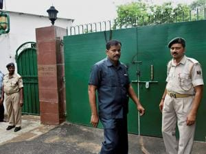 Police stand guard outside RJD Chief Lalu Prasad's residence