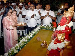 Arpita Khan Sharma with her son performs aariti of Lord Ganesh