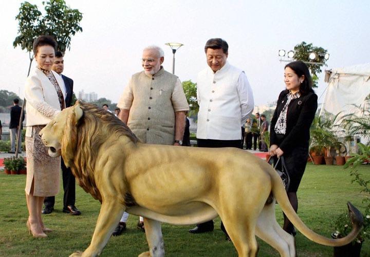 Prime Minister, Narendra Modi, Chinese, President, Xi Jinping, wife, Peng Liyuan, admiring, lion statue