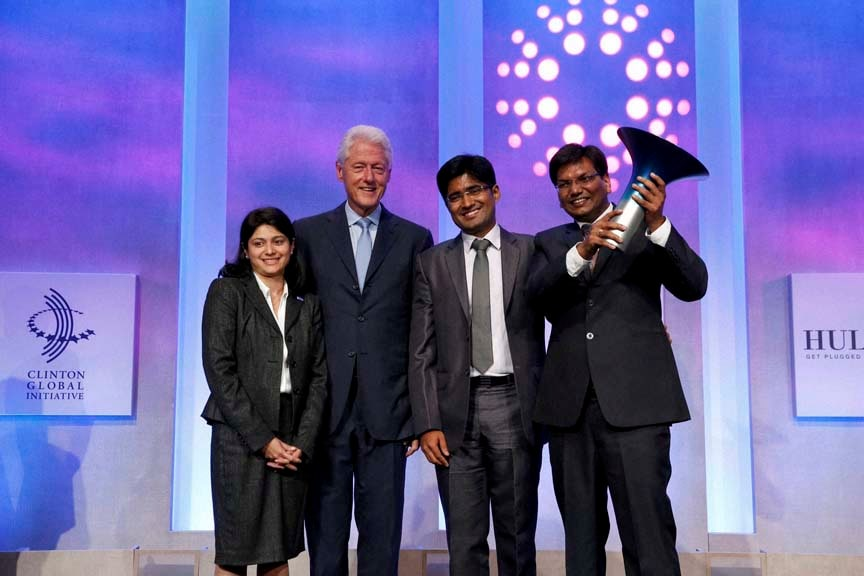 Former President, Bill Clinton, poses, winning team, Indian School of Business