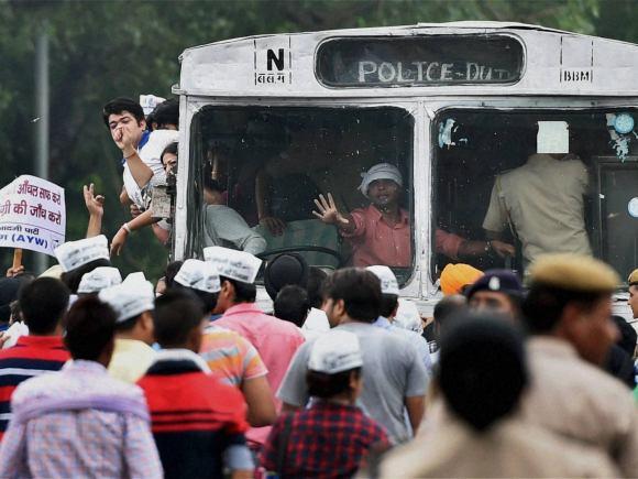 Narendra Modi, AAP, Smriti Irani, Degree row, Arvind Kejriwal, Jantar Mantar, New Delhi, Degrees, Prime Minister of India, HRD Minister of India