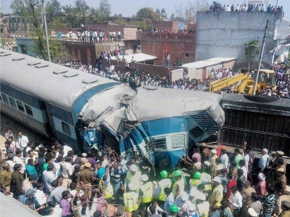 Railway, Varanasi, Dehradun-Varanasi Janata Express, Derailed, Bachhrawan railway station, Raebareli, Damaged Coaches