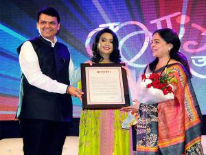 Reema Lagoo receiving Purushottam Darvekar Murti Jeevan Gaurav Award 2016