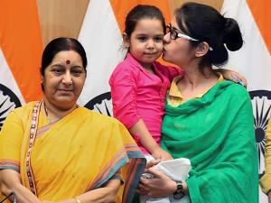 Sushma Swaraj with  Indian woman Uzma and her daughter