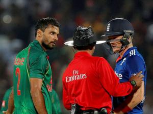 An umpire tries to break an argument that ensued after Sam Billings and Mashrafe Mortaza