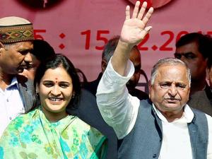 mulayam singh yadav with his daughter in law and sp candidate aparna yadav at an election rally