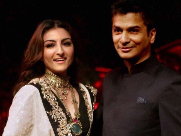 Sonali Bendre, Vikram Phadnis, Soha Ali Khan, Shaina NC,FDCI,Textile fashion show ,make in india textile fashion show, Make in india, Make in India week, Maharashtra Textile Day, Fashion Show, Fashion designer, Make in india fashion show