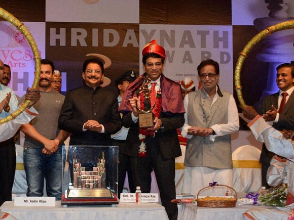 Hridaynath Award, Hridaynath Mangeshkar, Vishwanathan Anand, Vishwanathan Anand Chess , viswanathan anand hridaynath award shows, viswanathan anand news, Lata Mangeshkar, Babasaheb Purandare, Asha Bhosle, Amitabh Bachchan, Hariprasad Chaurasia and A R Rahman, viswanathan anand hridaynath award winning, vishwanathan anand match, amir khan actor, c vidyasagar rao, c vidyasagar rao maharashtra governor, Hridaynath Award 2016