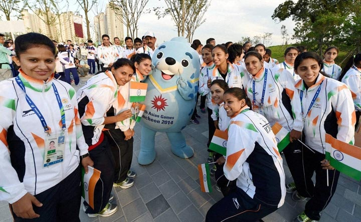 Indian, athletes, pose, official, mascot, games, flag hoisting ceremony