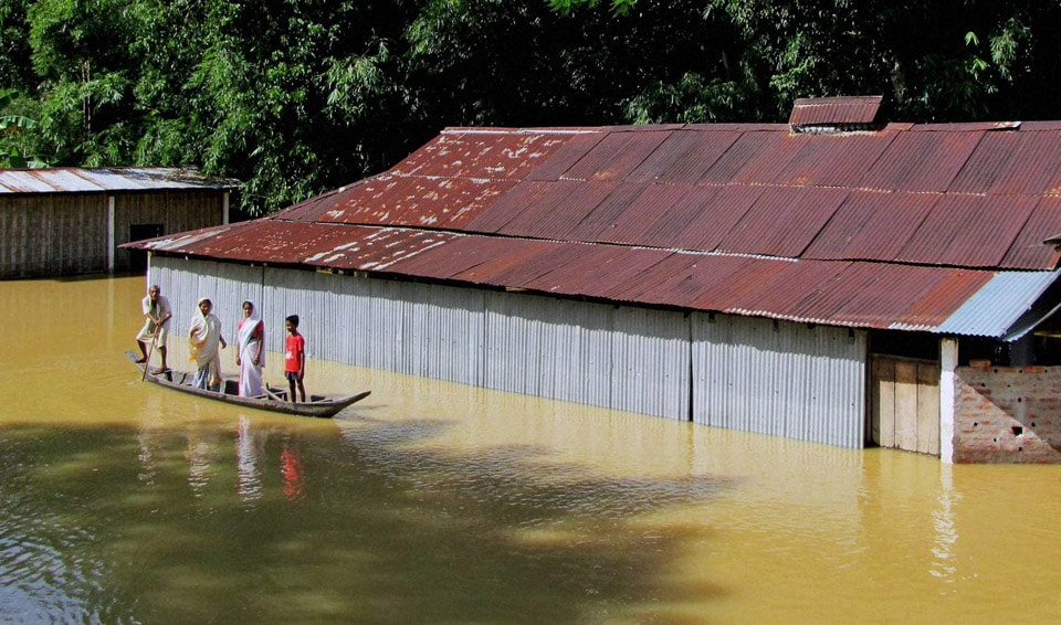 family, shifting, safer, place, boat, flood, affected, Teok
