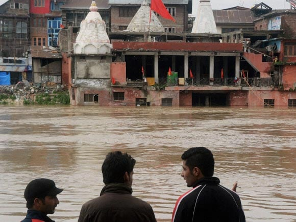 Srinagar, Flood Water, Srinagar homes,  Srinagar shops, Srinagar-Jammu national highway, heavy snowfall